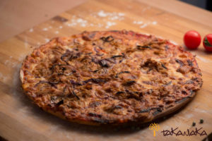 Pizza cu ton și rondele de ceapă